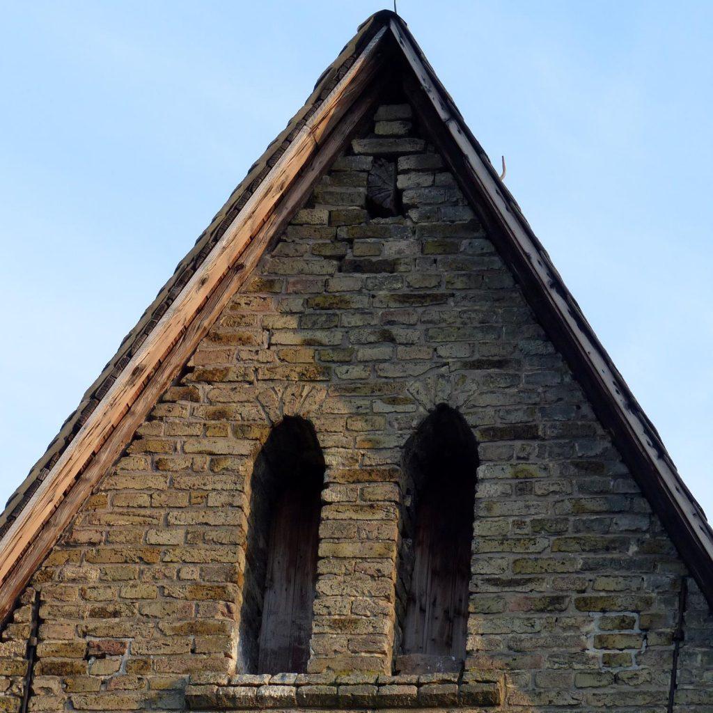 Dachgiebel der katholischen Kirche Selzen (27.03.2016)