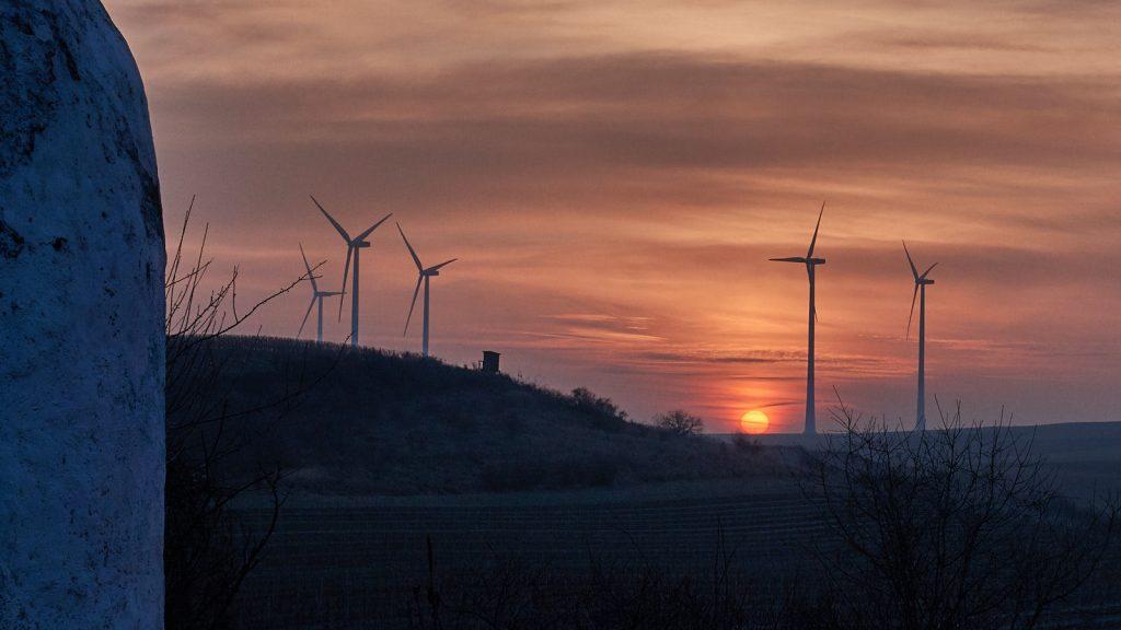 Rote Scheibe: Sonnenaufgang am Trullo auf dem Adelberg bei Flonheim