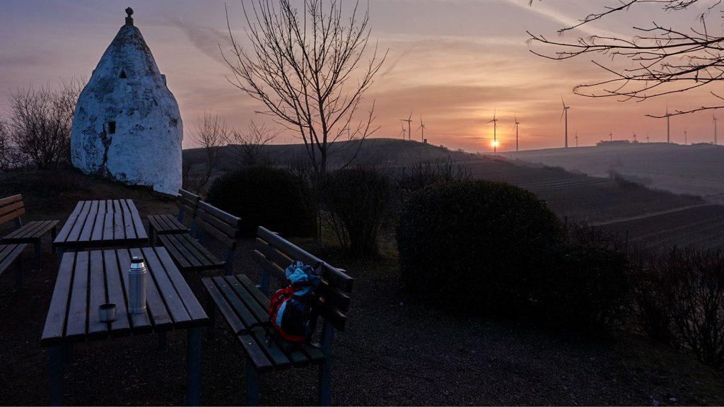 Flonheimer Trullo: Sonnenaufgang mit Thermoskanne und Rucksack