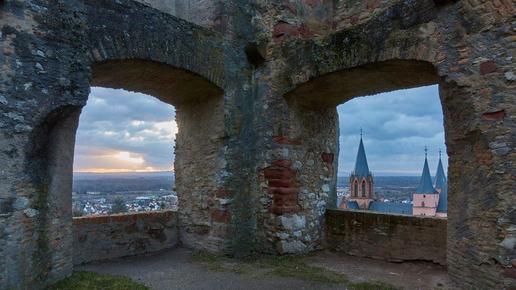 Burgruine Landskron: Sonnenaufgang bei der Katharinenkirche Oppenheim