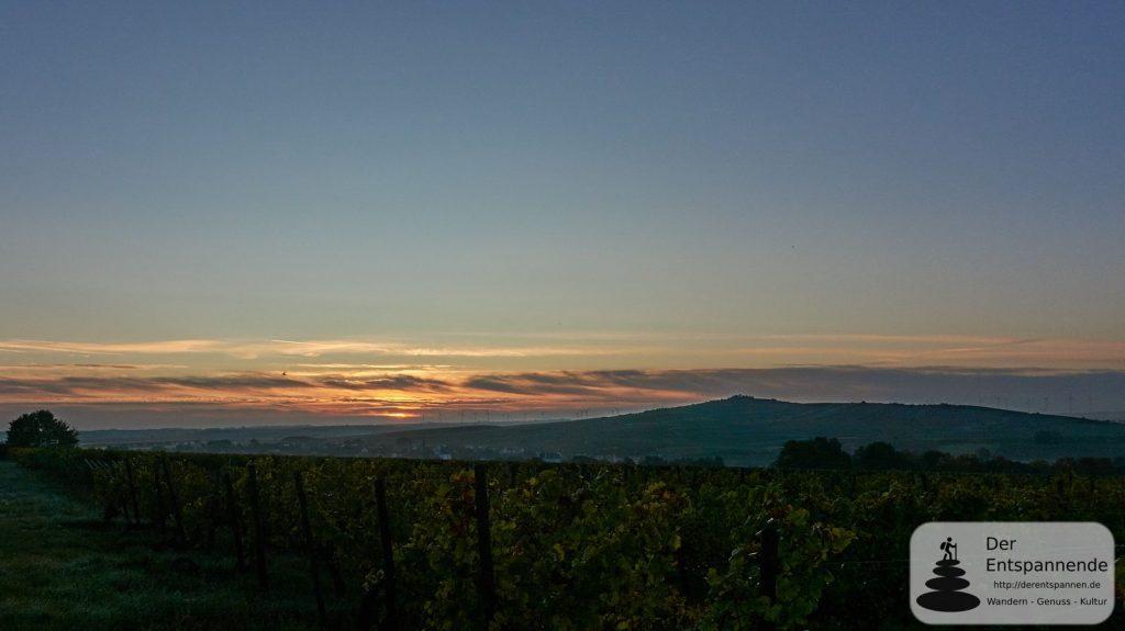 Sonnenaufgang über dem Petersberg und dem Selztal
