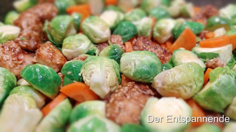 Putengeschnetzeltes im Soja-Sesam-Mantel mit Rosenkohl und Karotten