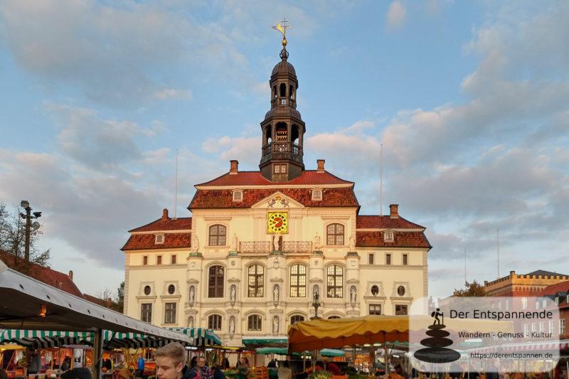 Rathaus von Lüneburg mit Wochenmarkt auf dem Marktplatz