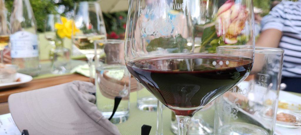 Tisch im Paulinenhof mit Gläsern und Rotwein