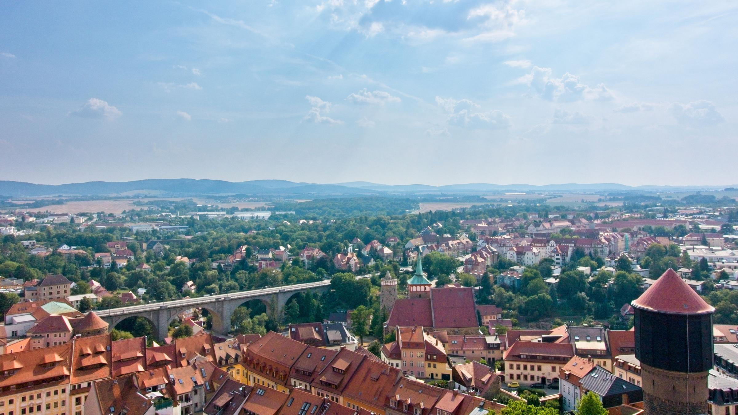Blick auf Bautzen mit Friedensbrücke und Türmen