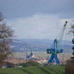 Hafenkran von Ingelheim und Blick nach St. Martin in Oestrich-Winkel (Canon EOS M50, EF-M 55-200mm f/4.5-6.3 IS STM, 135 mm, Manuell, 1/500 sek @ f/5,6, ISO 100)