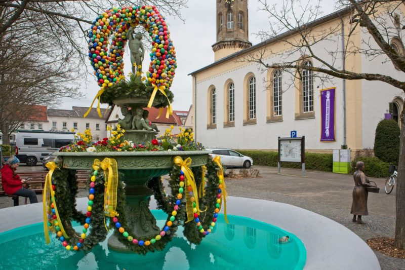 Osterbrunnen und evangelische Kirche in Schwabenheim an der Selz
