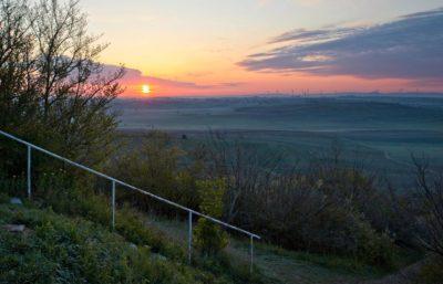 Frühlingssonne bei Sonnenaufgang auf dem Petersberg