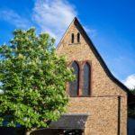 Katholische Kirche Selzen mit Kastanienbaum und Turmfalke