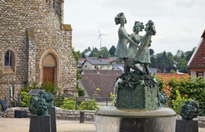 Drei-Grazien-Brunnen auf dem Zornheimer Lindenplatz