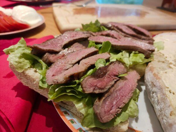 Flanksteak Sandwich mit Salat, Mozarella und Tomaten und mit dem Optigrill
